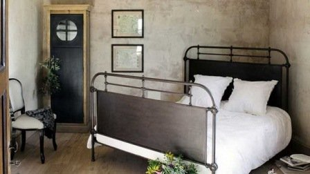Siyah metal yataklar