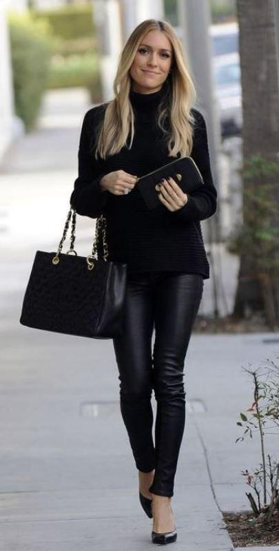 deri tayt pantolon ve siyah kazak kombini